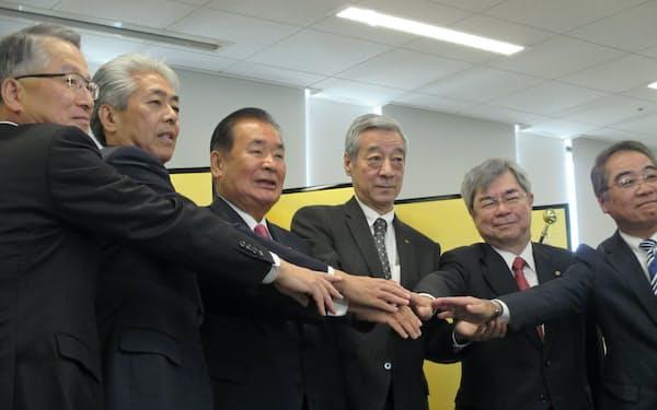 臨時議員総会で選任された京都商工会議所の正副会頭。右から3人目が塚本副会頭(5日、京都市下京区)
