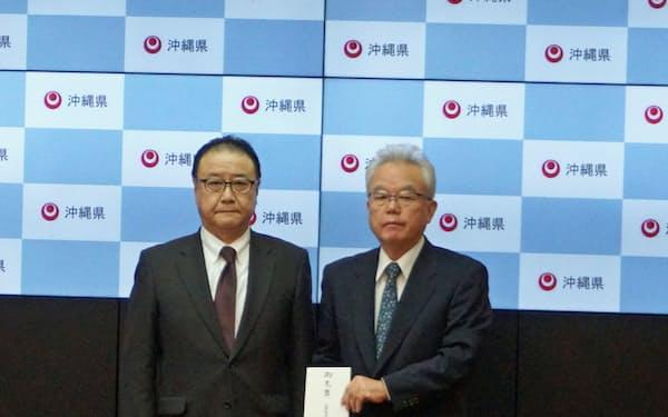 沖縄県の富川副知事(左)に寄付金を贈呈した経済同友会の桜田代表幹事(5日、県庁)