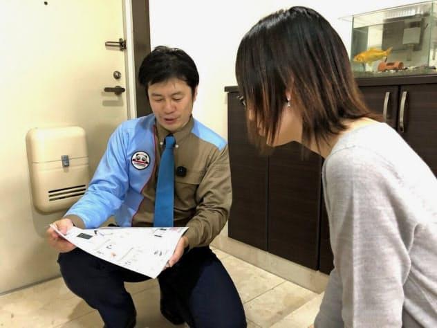 ボイスレコーダーを胸に付けて会話を録音しながら顧客に対応する担当者(イメージ)