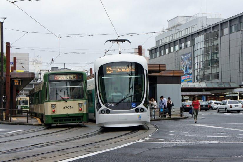 広島市中心部を走る広島電鉄の路面電車(広島市)