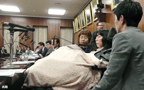 参院国土交通委員会で質問するれいわ新選組の木村英子議員(手前から2人目)。車いすに座り、秘書らの介助を受けた=5日午後