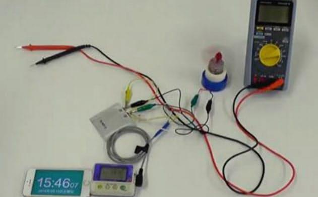 正方形状のものがリチウム固体電池の試作品(写真の中央付近)