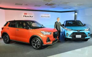 ダイハツが発表した「ロッキー」(左)とトヨタの「ライズ」(5日、東京都中央区)