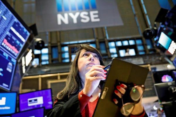 ニューヨーク証券取引所(NYSE)の売買フロア=ロイター