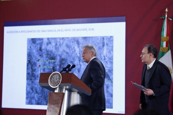 事件について説明するメキシコのロペスオブラドール大統領(左)(5日、メキシコシティ)=EFE