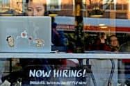 米求人数は依然良好な水準だが、ゆるやかに減少してきている(米マサチューセッツ州のカフェの求人広告)=ロイター