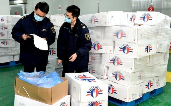 カナダから輸入した豚肉の品質を検査する中国の税関職員=ロイター