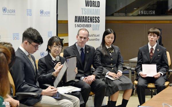 5日、国連本部で開かれた討論会で、議論する井戸さん(右から4人目)、アルヴィンさん(右端)ら=共同