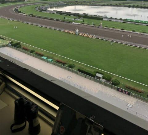 京都競馬場の実況席から見たゴール。方向が斜めで馬を追いかける形になる