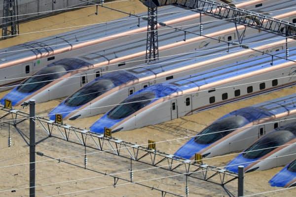 浸水した車両基地に並ぶ北陸新幹線の車両(10月、長野市)