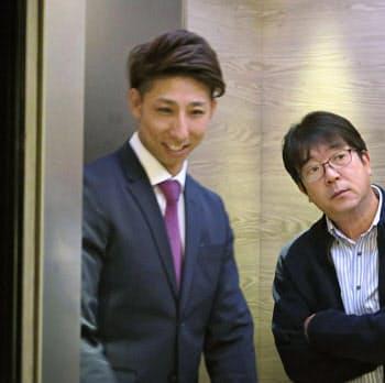 ソフトバンクから国内FA権を行使し、ヤクルトとの交渉を終えた福田=左(6日、福岡市中央区)=共同