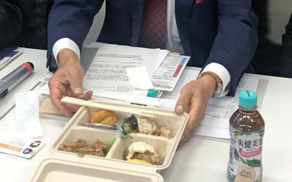 会合では肉を使わないシューマイやギョーザを試食しながら議論した(6日、国会内)