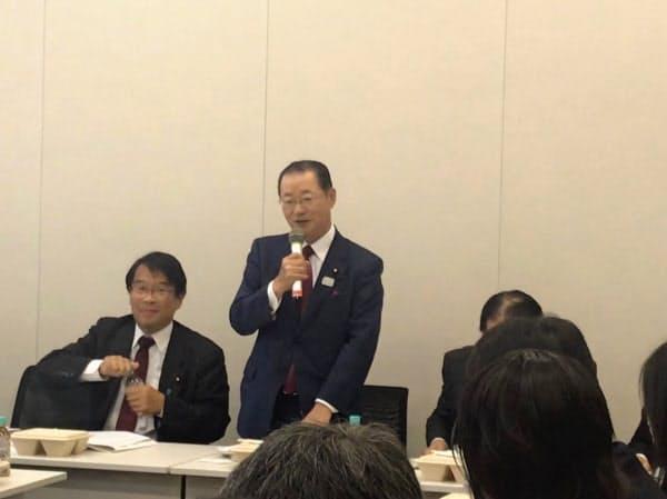 超党派議連は会長に河村氏(中)、事務局長に松原仁氏(左)が就いた(6日、国会内)