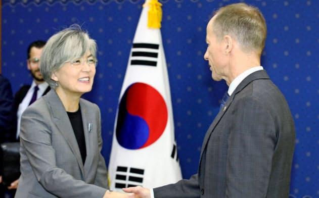 会談前に握手する韓国の康京和外相と(左)とスティルウェル米国務次官補(6日、ソウル)=聯合・共同