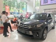 トヨタの中国での10月の新車販売は「RAV4」や「ハイランダー」などの主力車が苦戦した(広東省広州市の販売店)