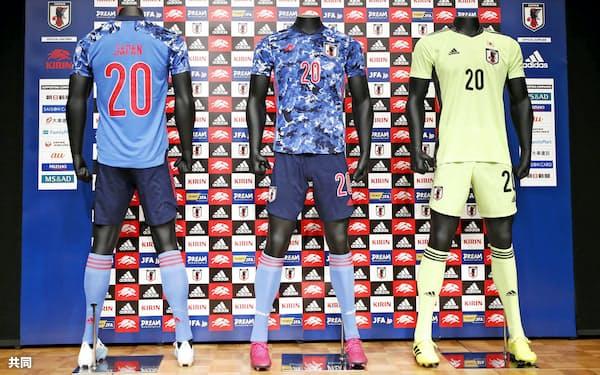 日本サッカー協会が発表した日本代表の新ユニホーム=共同