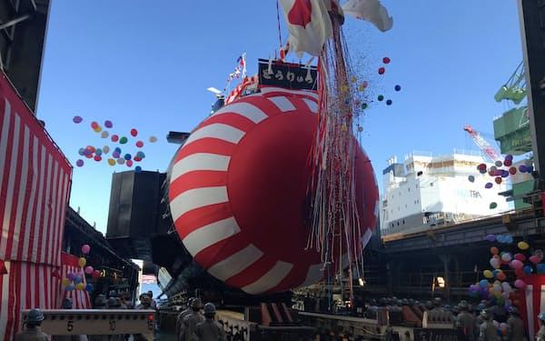 川崎重工業神戸工場で開かれた潜水艦「とうりゅう」の進水式(6日、神戸市)