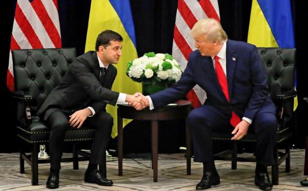 トランプ米大統領(右)は7月、ウクライナのゼレンスキー大統領にバイデン氏に関する不正調査を電話で直接要求した(写真は9月の首脳会談)=ロイター