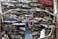 販売店などから車両を回収し、解体する(ムンバイのスクラップ置き場)=ロイター
