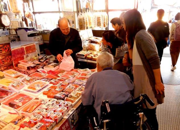 おでかけリハビリは、高齢者に外出や買い物の楽しみを提供している(函館朝市=北海道函館市)