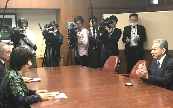 会談する島田市の染谷市長(左)と国交省の江口技術審議官(6日、島田市役所)
