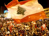 レバノンの反政府デモはハリリ首相の辞意表明後も続く(2日、北部トリポリ)=ロイター