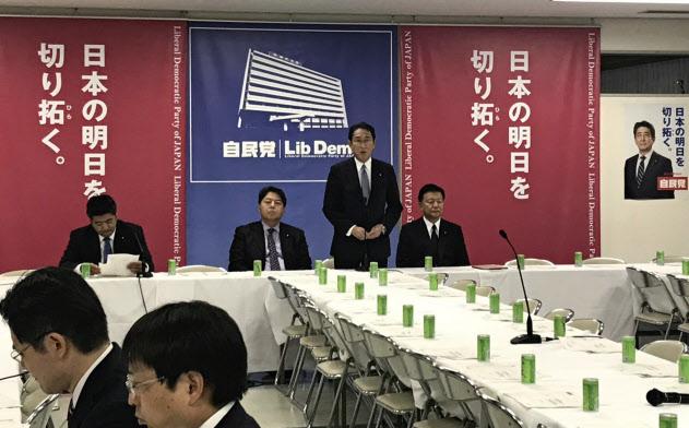 自民党は経済成長戦略本部で消費税増税後の経済状況を点検する(10月17日、党本部)