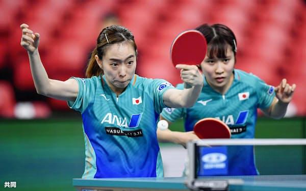 女子1次リーグ 米国戦の1戦目でプレーする石川(左)、平野組(6日、東京体育館)=共同