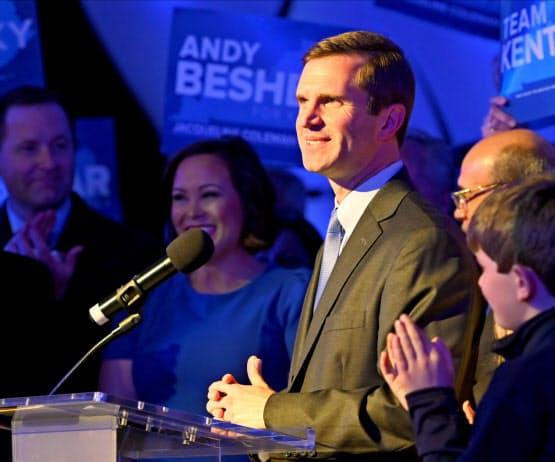 南部ケンタッキー州知事選で勝利宣言した民主党新人のビシア氏=ロイター