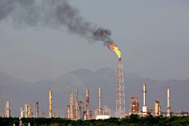 石油やガス関連株から投資撤退する「ダイベストメント」の動きが広がっている(10月、メキシコの石油関連施設)=ロイター