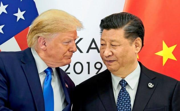 首脳会談にのぞむトランプ米大統領(左)と中国の習近平(シー・ジンピン)国家主席(6月、大阪市)=ロイター