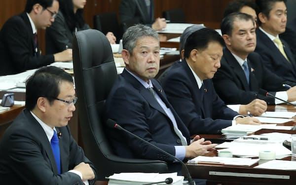 今国会初の実質審議に臨む衆院憲法審査会の佐藤勉会長(左手前から2人目)ら(7日)