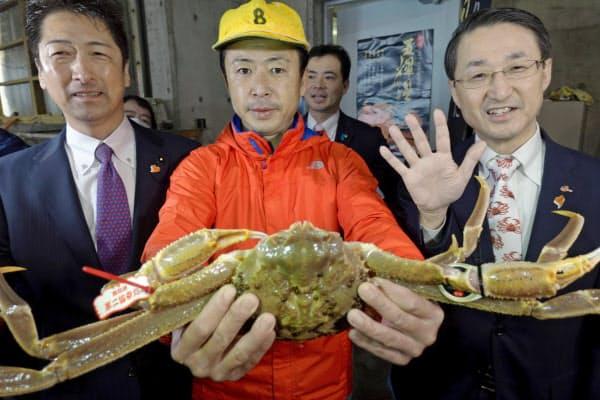 500万円で落札された五輝星(写真中央が浜下氏、(右)が平井知事)