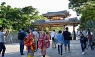 観光客らでにぎわう首里城公園入り口の守礼門(7日午前、那覇市)=共同