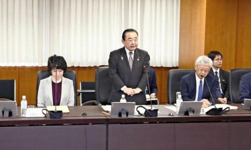 復興推進委員会で発言する田中復興相(中央)=共同