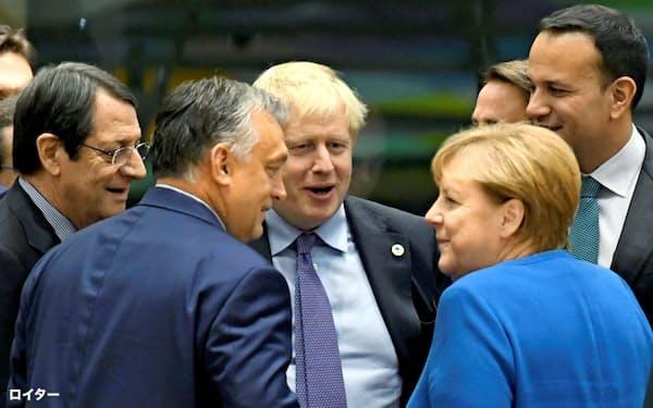 10月、ブリュッセルでのEU首脳会議で各国首脳と言葉を交わすジョンソン英首相(中央、正面向き)。手前右はメルケル独首相=ロイター