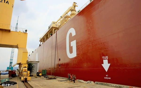 世界でLNG供給が拡大(シンガポールで停泊するLNGタンカー)=ロイター
