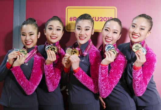 新体操の世界選手権では五輪種目の団体総合で44年ぶりの銀メダルを獲得=山本博文撮影