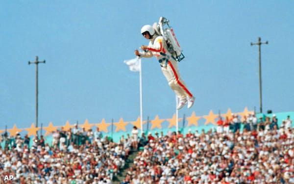 ロサンゼルス五輪の開会式で空を飛ぶ「ロケットマン」=AP