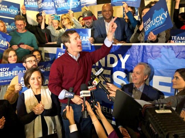 米南部ケンタッキー州知事選で勝利宣言する民主党の新人候補=AP