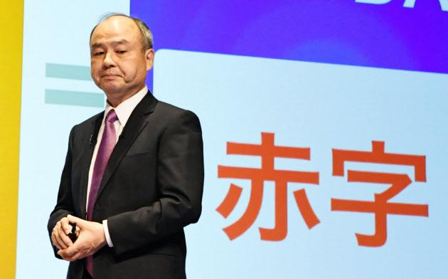 ソフトバンクグループの孫正義会長兼社長は投資損失の原因を「高く買いすぎた」と説明した(6日、東京都中央区)