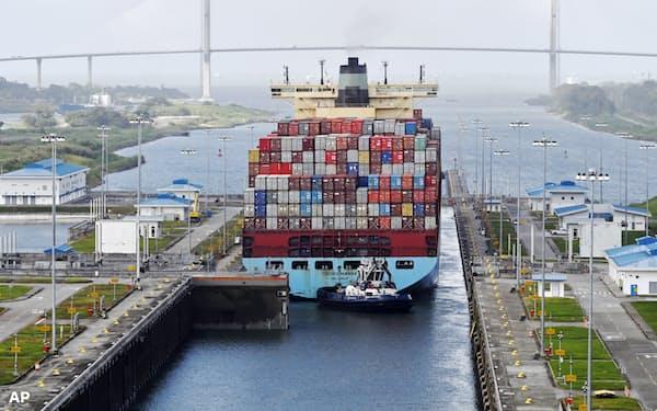 パナマ運河を通過する貨物船=AP