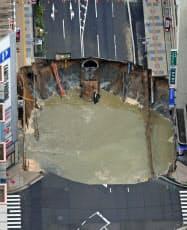 福岡市地下鉄七隈線の延伸工事中に、博多駅近くで発生した道路の大規模陥没事故の現場(2016年11月8日)=共同