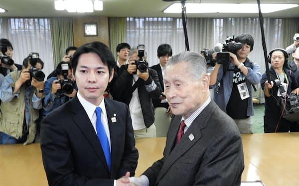 鈴木直道知事(左)と森喜朗会長が面談した(7日、札幌市)