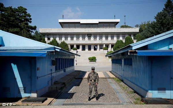 軍事境界線上の板門店で北朝鮮住民2人を追放した=ロイター