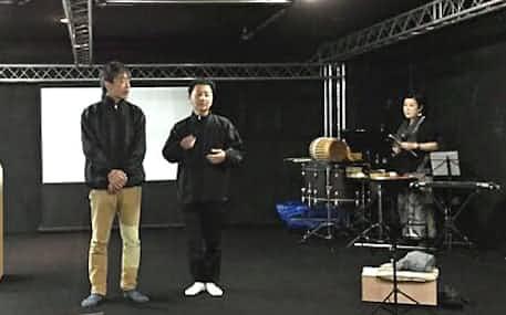 現代美術家の森村(写真中央)が俳優らとつくる能形式の舞台の稽古風景=「下町物語プロジェクト2017-2019」提供
