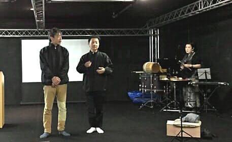 現代美術家の森村(写真中央)が俳優らとつくる能形式の舞台の稽古風景=「下町物語プロジェクト2017―2019」提供