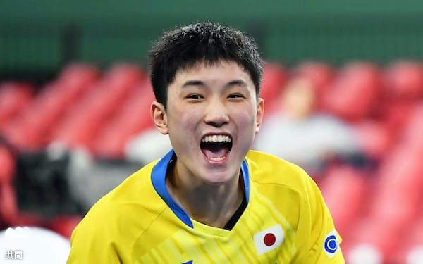 男子準々決勝 ドイツ戦の4戦目に勝利し準決勝進出を決め喜ぶ張本智和(7日、東京体育館)=共同