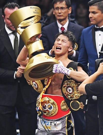 優勝杯のアリ・トロフィーを掲げる井上尚弥