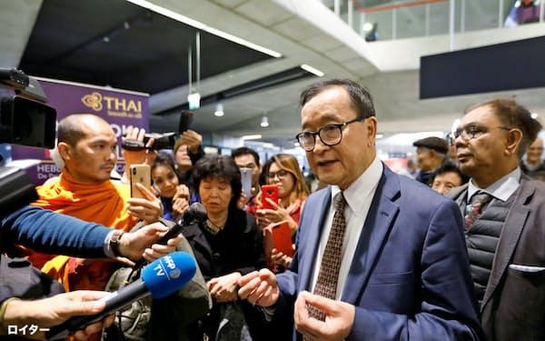 サム・レンシー氏はバンコク行きの航空機に搭乗できなかった(7日、パリ)=ロイター